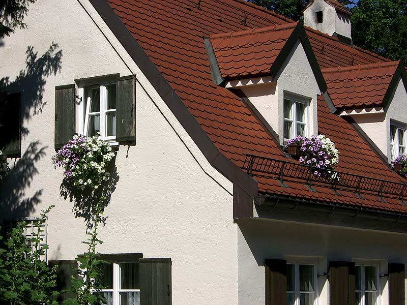 Dach mit schönem Blumenschmuck