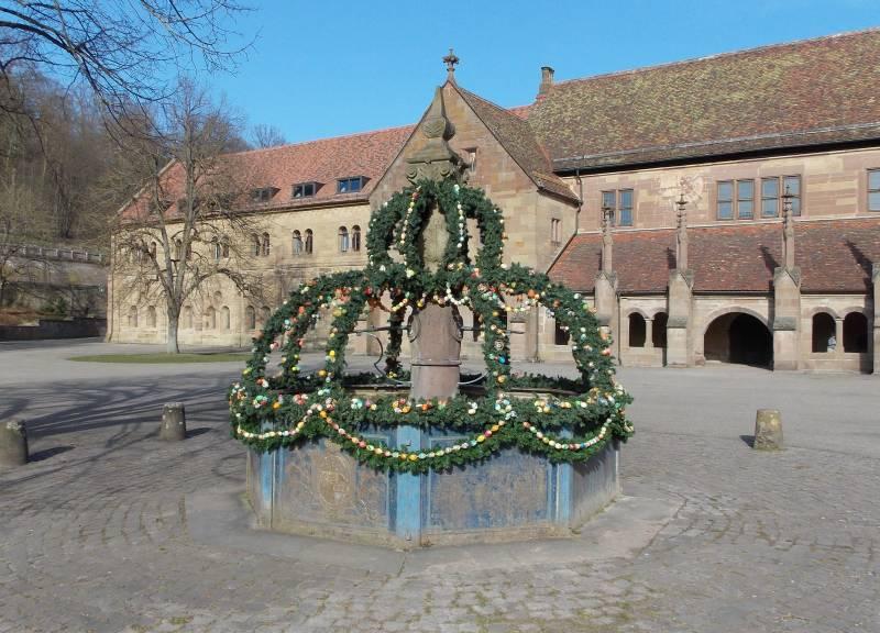 Osterschmuck vor dem Kloster Maulbronn