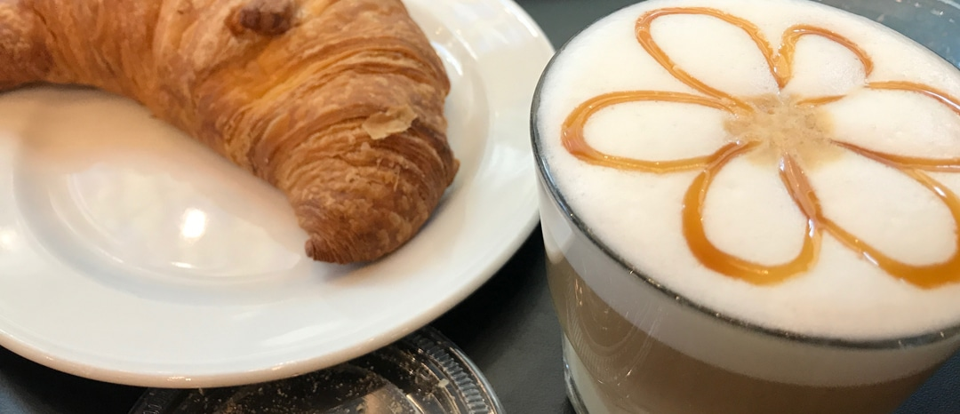Kaffee und Croissant / Foto: Larissa Vassilian