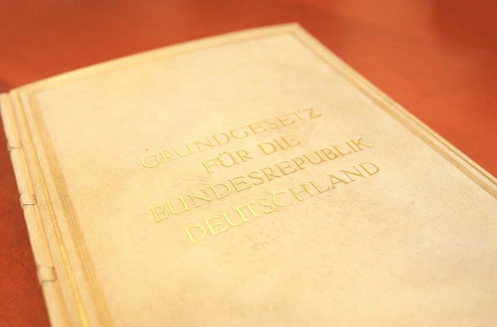 Das deutsche Grundgesetz به همراه فایل صوتی