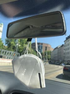 Maske am Autospiegel